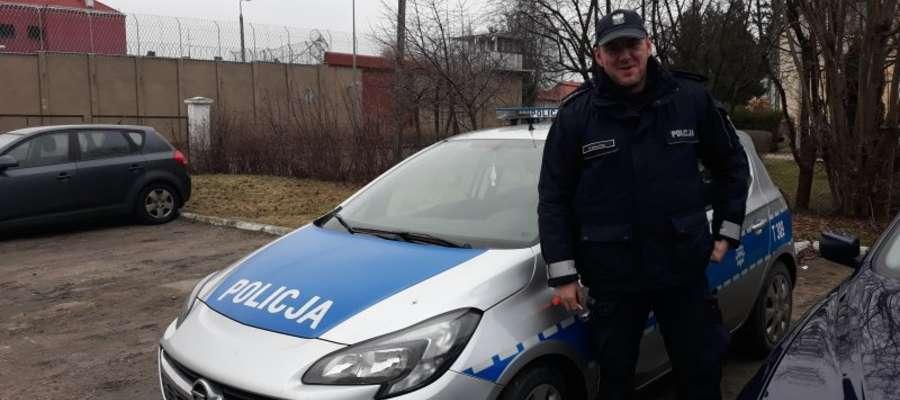 Dzielnicowy z Posterunku Policji w Bezledach asp. Wojciech Bałdyga