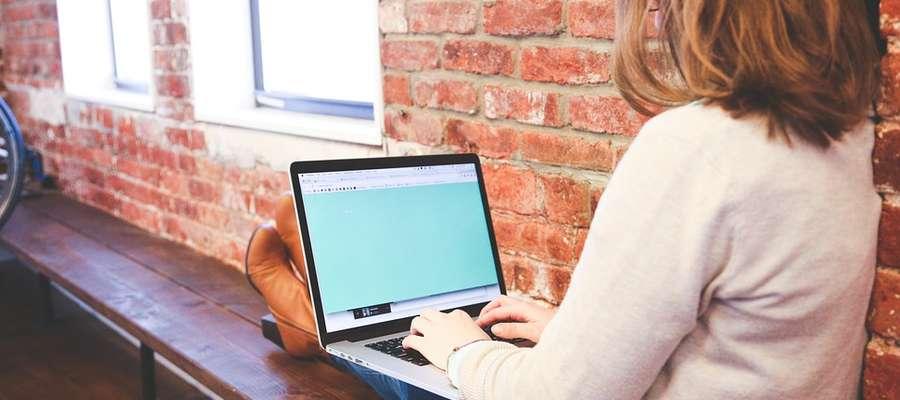 Studentki i studenci należą do pokolenia tzw. cyfrowych tubylców, czujących przymus ciągłego korzystania z internetu. Warsztaty są dla nich szansą, by zasiąść w kręgu i twarzą w twarz, bez pośpiechu porozmawiać o rzeczach ważnych.