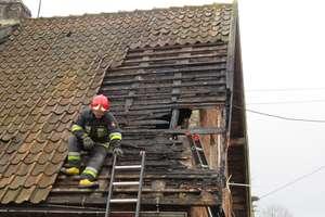 Płonęło poddasze budynku w Ukcie