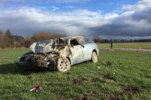 Wypadek w Maszewach. Alfa romeo dachowała i zatrzymała się na polu