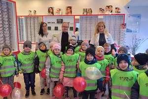 Wycieczka przedszkolaków do salonu optycznego