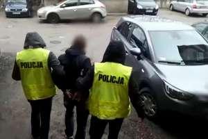 Jak wyjść z mieszkania bez klamki w drzwiach? Bracia z Olsztyna wpadli na głupi pomysł