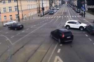 Kolizja na lewoskręcie w centrum Olsztyna. Policja opublikowała VIDEO