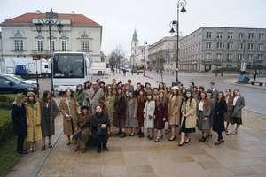 Licealiści na planie filmowym obok Andrzeja Seweryna