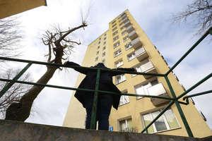Mieszkańcy olsztyńskiego wieżowca boją się wychodzić z domu