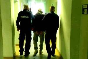 Dzielnicowi w jednym z mieszkań znaleźli narkotyki i poszukiwanego 22-latka