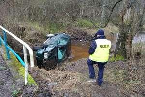 Wpadł autem do rzeczki. Policjanci wyjaśniają okoliczności wypadku