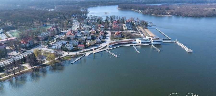 Widok na Port Iława, jezioro Jeziorak i fragment wyspy Wielka Żuława