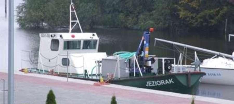 """W 2018 roku z pomocą tzw. """"barki - śmieciarki"""" z jeziora wywieziono ponad 130 metrów sześciennych śmieci"""