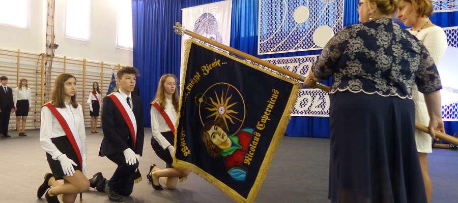 Poczet sztandarowy przejmuje sztandar od dyrektorki SP1 Aleksandry Skubij