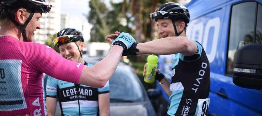 Szymon Rekita (w różowej koszulce lidera) przyjmuje gratulacje od swoich grupowych kolegów z Leopard Pro Cycling