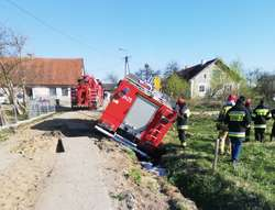 Spłonęły zwierzęta. Wóz strażacki jadący do pożaru wjechał do rowu