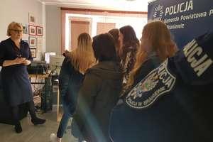 Policjanci i uczniowie w kryminalnym pokoju zagadek