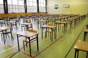W naszym regionie egzamin odbył się we wszystkich szkołach, ale w piątek może być problem... [ZDJĘCIA]