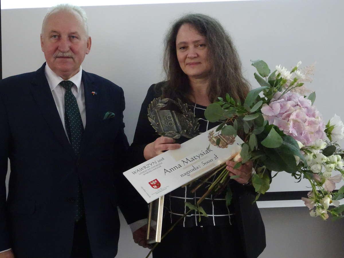 Anna Matysiak, laureatka Wawrzynu 2018 z marszałkiem Gustawem Markiem Brzezinem