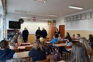 Policjanci z młodzieżą rozmawiali o cyberprzemocy