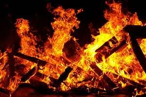 Pożar garażu i budynku wielorodzinnego. Poparzone dzieci trafiły do szpitala