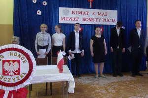 Akademia z okazji rocznicy uchwalenia Konstytucji 3 Maja w szkole w Ostrowitem