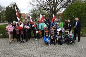 Harcerze i zuchy rozdali flagi, które sami wykonali