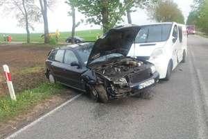 Cztery auta zderzyły się pod Rydwągami. Dachowało auto z dzieckiem w środku