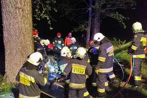 Młody kierowca volkswagena uderzył w drzewo. Zginął 18-letni pasażer