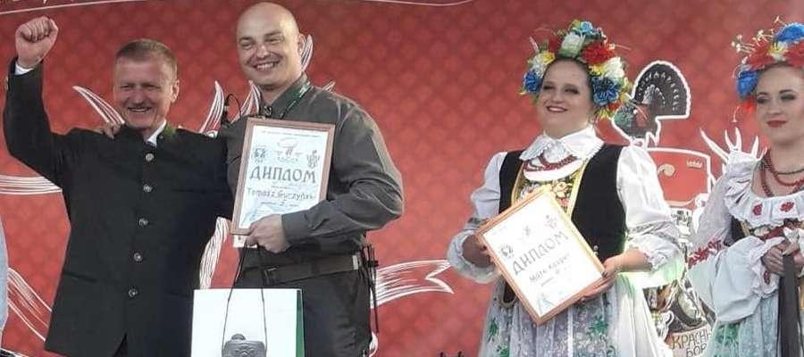 Tomasz Gurzyński (w środku) po wręczeniu nagrody
