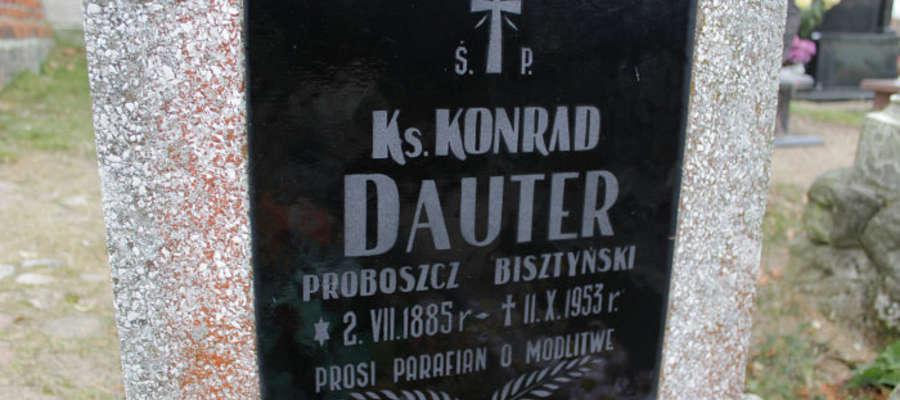 Tablica na nagrobku ks. Conrada Dautera.