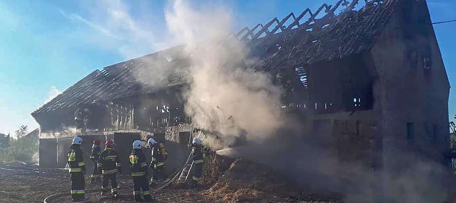 Z pożarem obory walczyło osiem zastępów straży pożarnej