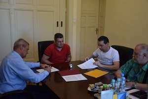 Burmistrz podpisałumowę na dokończenie modernizacji basenu