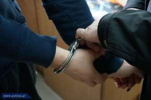 Legitymowanie zakończyli zatrzymaniem poszukiwanego 43-latka