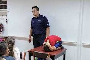 Policjanci rozmawiają z dziećmi o bezpieczeństwie na wakacjach