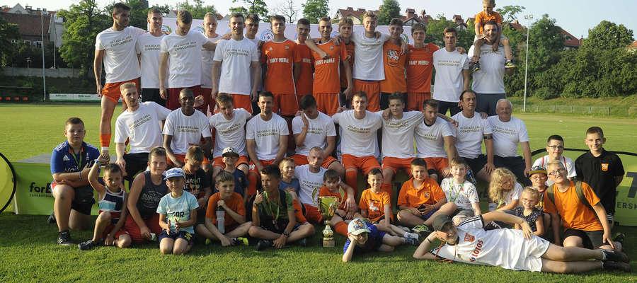 Concordia zakończyła sezon wygraną, a po meczu z Mamrami otrzymała okazały puchar za zajęcie pierwszego miejsca i awans do III ligi