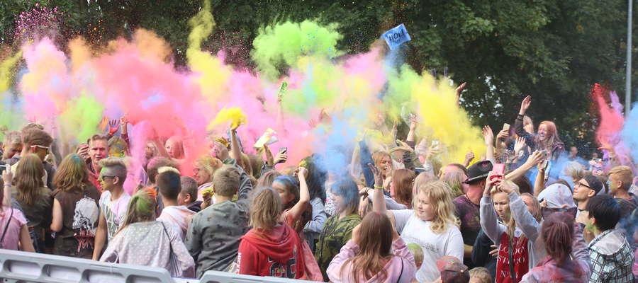 Święto Kolorów przyciąga tłumy młodych ludzi