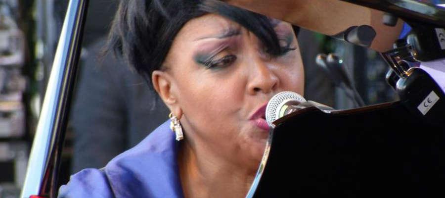 Karen Edwards to wokalistka i pianistka jazzowa