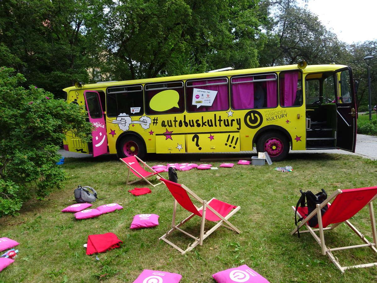Autobus Kultury czeka do piątku w parku Podzamcze - full image