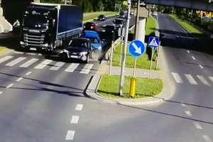 Zderzenie na skrzyżowaniu w Olsztynie. Sprawca był pijany [VIDEO Z KAMERY ITS]
