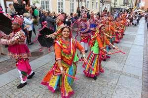 Kolorowy korowód to znak, że w Olsztynie rozpoczęły się Międzynarodowe Dni Folkloru [ZDJĘCIA, VIDEO]