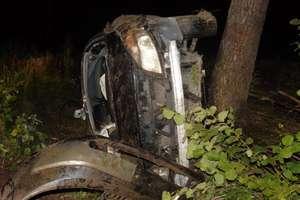 Pijany kierowca renault dachował i uderzył w drzewo