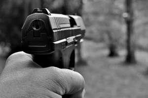 Strzelał z pistoletu podczas awantury domowej. Na szczęście nikogo nie zabił. Trafił w rękę 63-latka