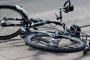 Potrącił rowerzystkę i złamał jej nogę. Kobieta trafiła do szpitala w Ostródzie