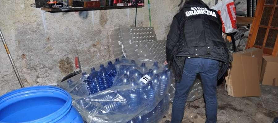 Funkcjonariusze z Placówki Straży Granicznej w Grzechotkach rozbili grupę przestępczą zajmującą się handlem nielegalnego spirytusu.