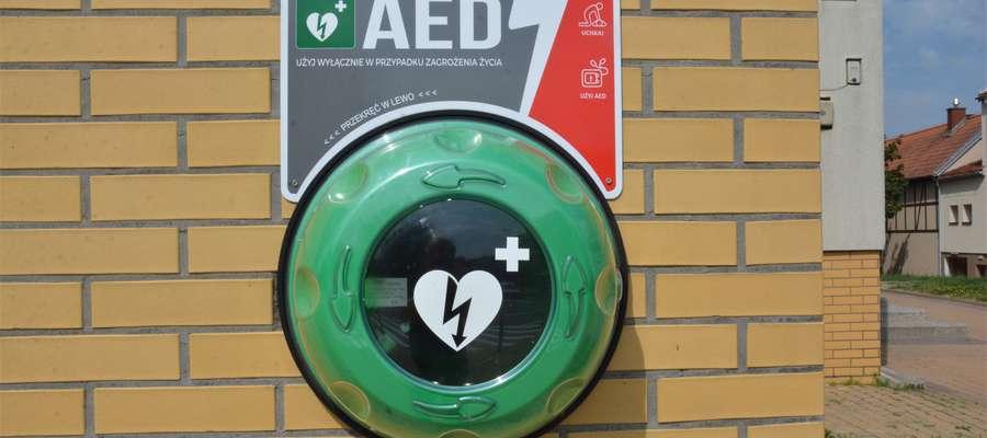 Pusta kapsuła po skradzionym defibrylatorze, który znajdował się na budynku ROK w Olecku