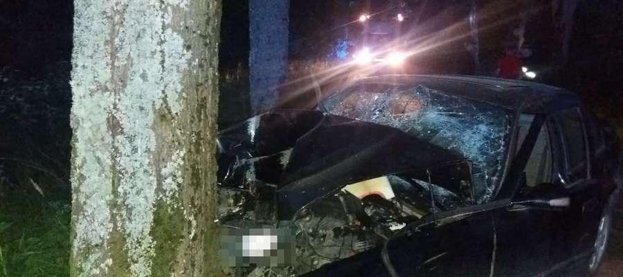 24-latek stracił panowanie nad autem i uderzył w drzewo. Kierowca i pasażerowie trafili do szpitala