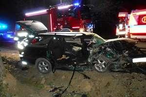 Stracił panowanie nad pojazdem i uderzył w drzewo. Trzy osoby trafiły do szpitala