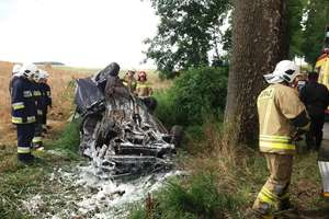 Na trasie Bisztynek — Prosity opel uderzył w drzewo i dachował [FILM]