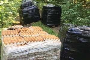 Palety z jajami w środku lasu. Kto je tam zostawił?