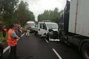 Bus zderzył się z ciężarówką na DK16. Poszkodowane zostały trzy osoby