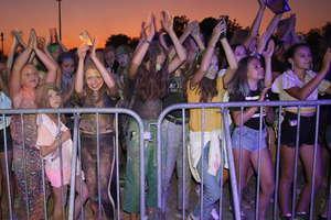 Publiczność zatopiona w kolorach