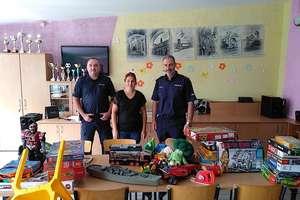 Policjanci podarowali dzieciom zabawki