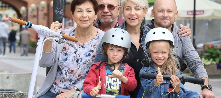 Od lewej: Wiesława Wybierek, Stanisław Janiszek, Marzena Wybierek-Ziółkowska, Arkadiusz Ziółkowski z dziećmi